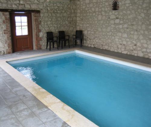 Domaine du vieux chateau avec piscine tingry for Piscine du cateau