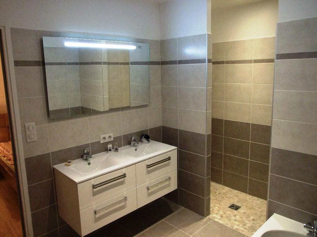 Salle de bain chambre open space for Salle de bain douche italienne et baignoire