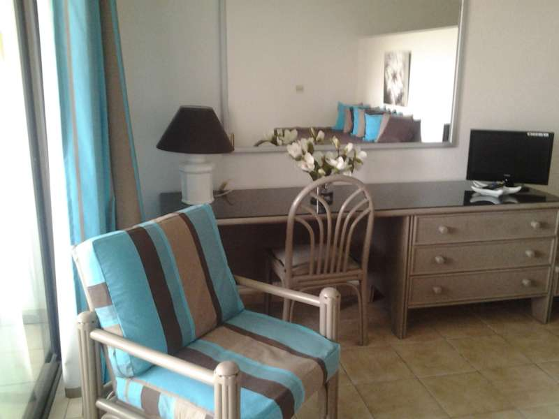 beau studio meubl sur l ile de st martin au bord guadeloupe. Black Bedroom Furniture Sets. Home Design Ideas