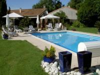 Location gîte, chambres d'hotes Gite de charme avec piscine chauffée pres de la Rochelle en Charente Maritime dans le département Charente maritime 17