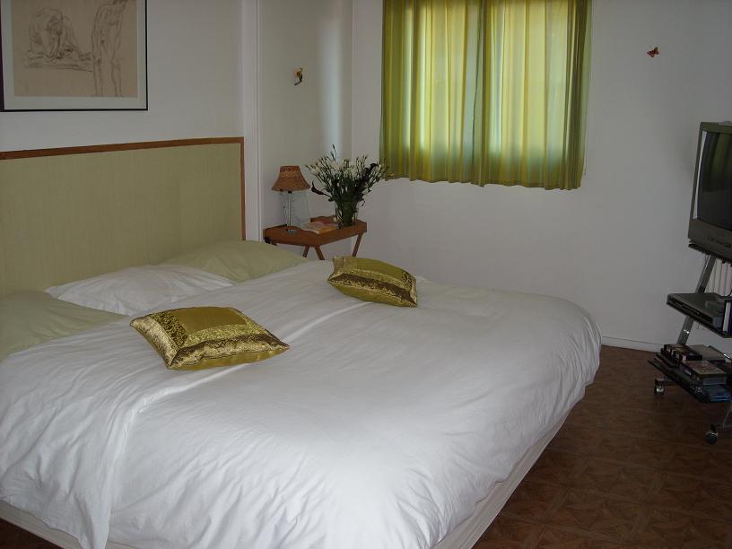 chambre chez l 39 habitant 25m a pied de la tour paris. Black Bedroom Furniture Sets. Home Design Ideas