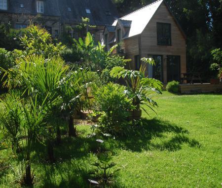 un jardin en pente douce fabuleuse baie de locquenole. Black Bedroom Furniture Sets. Home Design Ideas