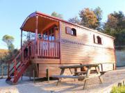 Location gîte, chambres d'hotes Location de roulotte en pleine nature, au cœur d'un élevage de taureau Camargue, en bordure d'un lac. dans le département Gard 30