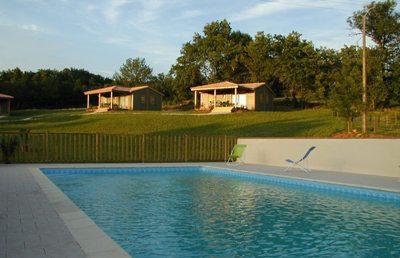 location chalets avec piscine proche najac monteils. Black Bedroom Furniture Sets. Home Design Ideas