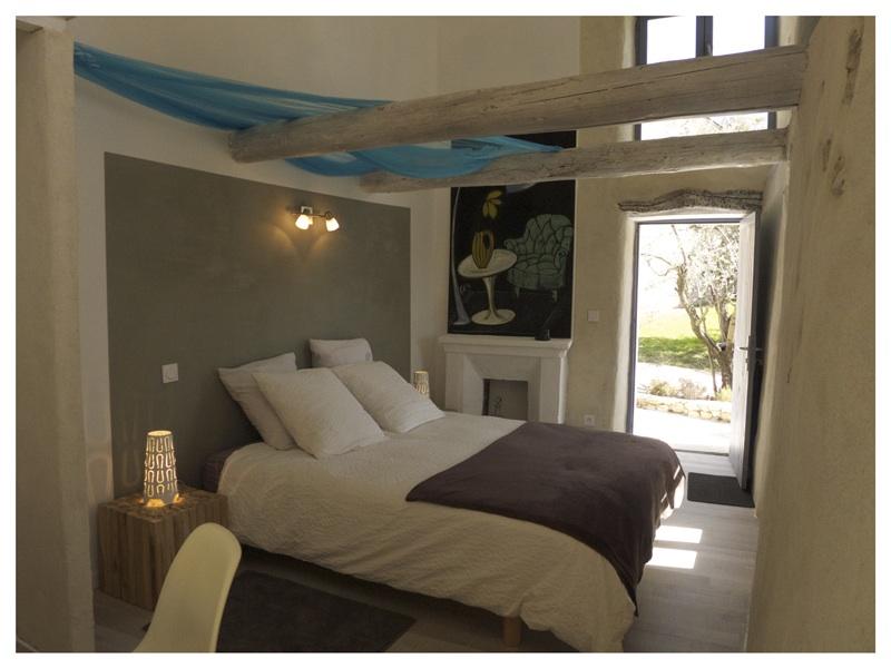 Une pause en provence dans un crin de vignes et piegon for Chambre a coucher style provencal