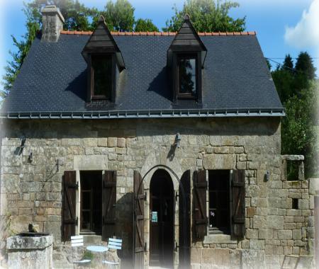 La Fontaine Airmeth Maison Traditionnelle   Ploerdut