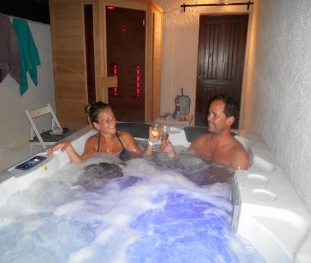 Charme SaunaSpaJacuzzi MassagePiscine  Tourtour