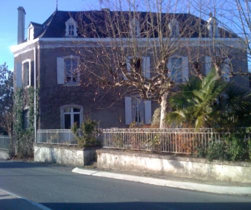 Maison d 39 h te maison navarron morlanne france for Gite 7 chambres